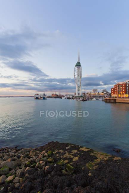 Англія, Гемпшир, Портсмут, перегляд Спінакер вежа в дизайнерські — стокове фото