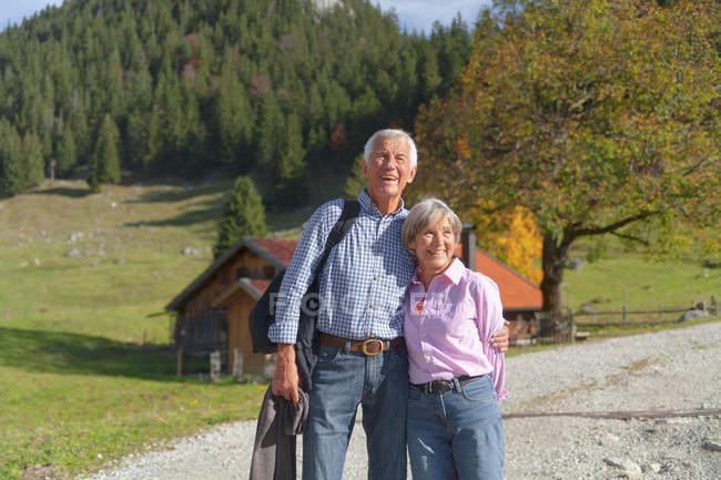 Alemania, Baviera, Senior pareja en caminata de montaña cerca de Wendelstein - foto de stock