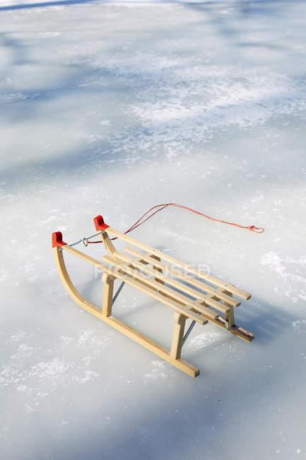 Vista de madeira Sledge na neve durante o dia — Fotografia de Stock
