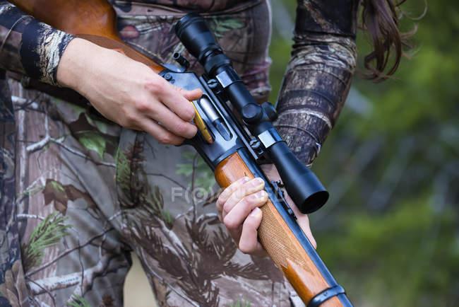 Mujer joven con el rifle de caza - foto de stock