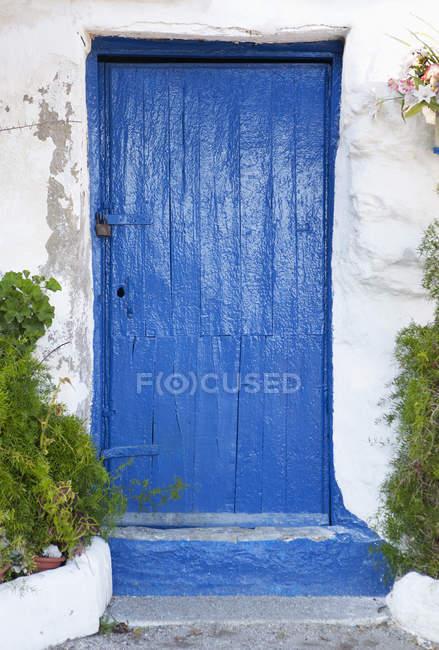 Espanha, Porta fechada na Província de Málaga durante o dia — Fotografia de Stock
