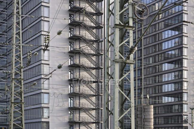 Germania, Baviera, Monaco di Baviera, Linea elettrica ferroviaria di fronte all'edificio del centro di Telekom — Foto stock