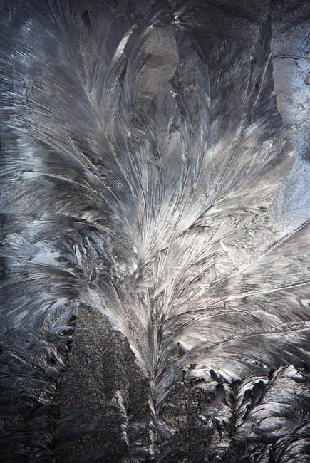 Primo piano della trama della finestra ricoperta di cristalli di ghiaccio — Foto stock