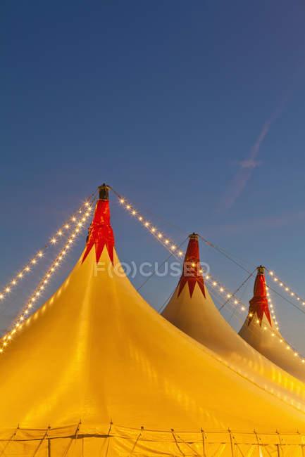 Alemanha, Baden Wuerttemberg, Estugarda, Big tenda de circo no topo contra o céu — Fotografia de Stock