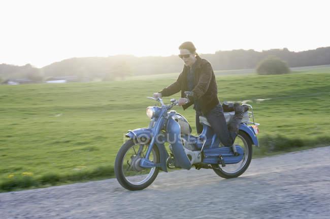 Femme mature vieille mobylette des années 1960 d'équitation — Photo de stock