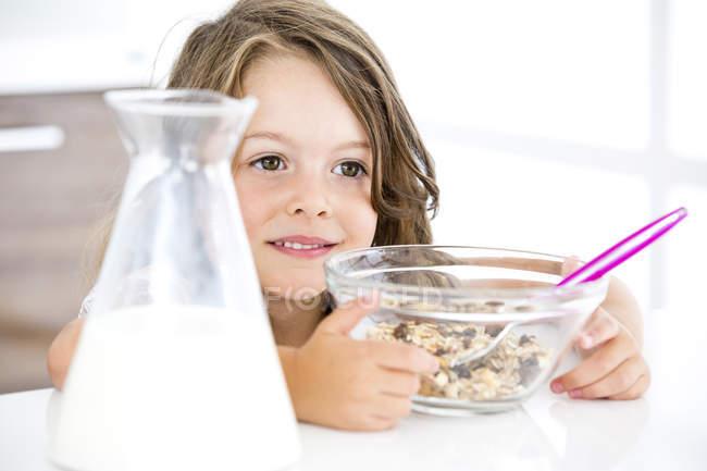 Девочка ест мюсли — стоковое фото