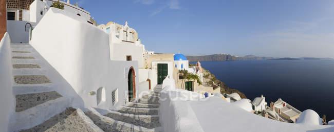 Vila de Oia, com caminho de paralelepípedos em Santorini — Fotografia de Stock