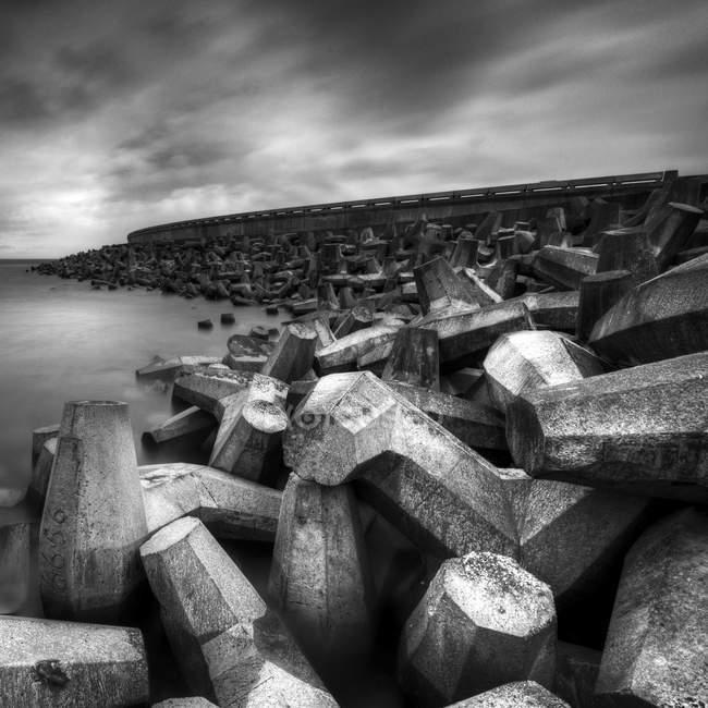 Pietre di cemento sulla spiaggia di mare a Torness, Scozia, Regno Unito — Foto stock