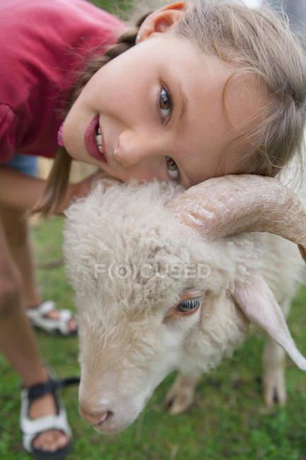 Jeune fille caucasienne avec des moutons dans le camp des enfants — Photo de stock