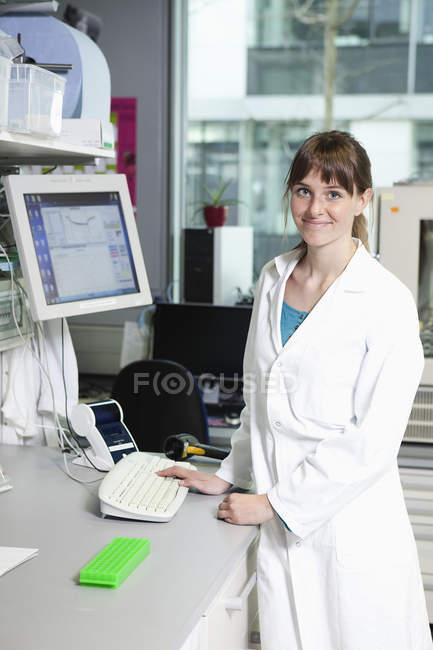 Scientifique debout en laboratoire — Photo de stock