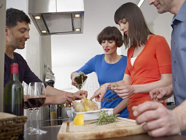 Hombres Cocinando | Hombres Y Mujeres Cocinando Juntos Caucasica Aves De Corral