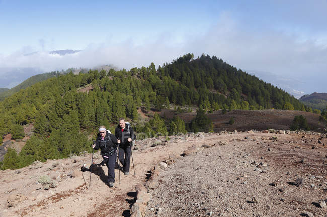 Hikers on Ruta de los Volcanes at daytime — Stock Photo