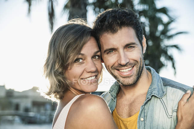 Взрослая пара обнимается, улыбается — стоковое фото