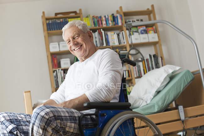 Homem idoso deitado na cama médica — Fotografia de Stock