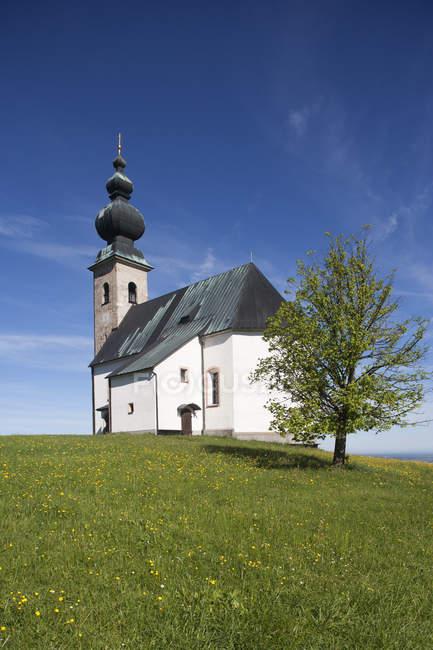 Sommerholzkirche Iglesia en la colina - foto de stock