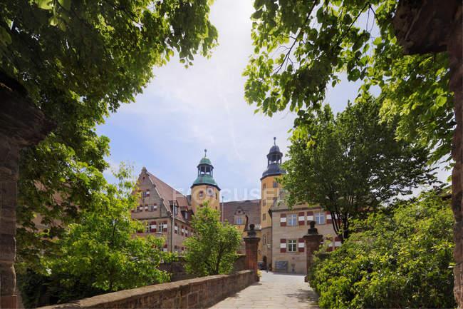 Castillo de Hersbruck y árboles - foto de stock
