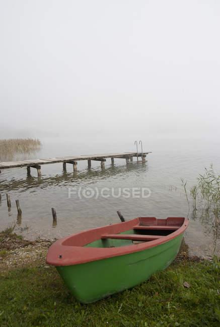 Austria, Irrsee, Veduta della barca nella nebbia — Foto stock