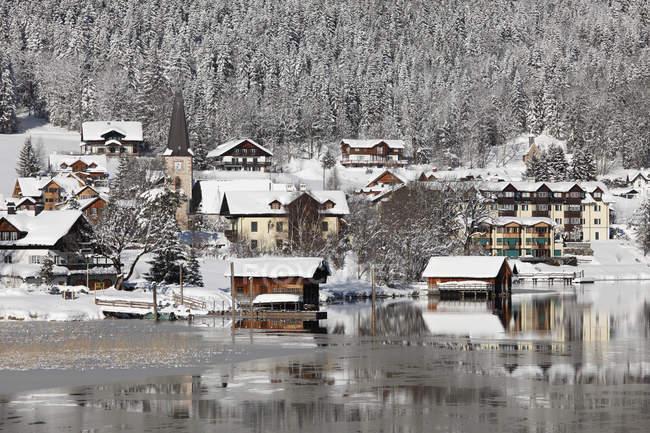 Lago Altausseer y pueblo - foto de stock