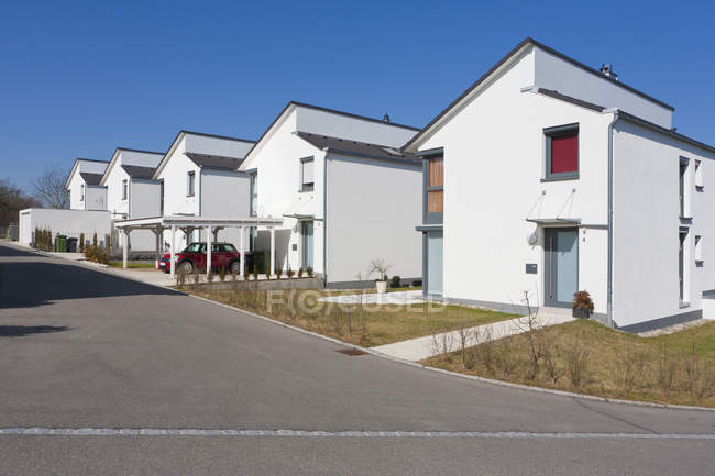 Germany, Baden-Wurttemberg, Aldingen. Row of modern detached houses and parked car — Stock Photo