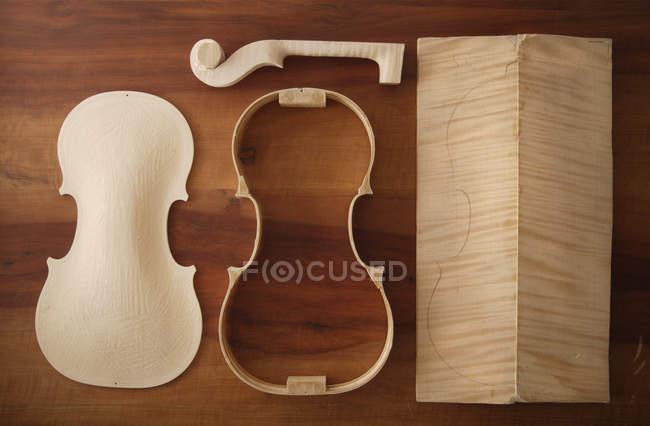 Formas de violino no banco de trabalho — Fotografia de Stock