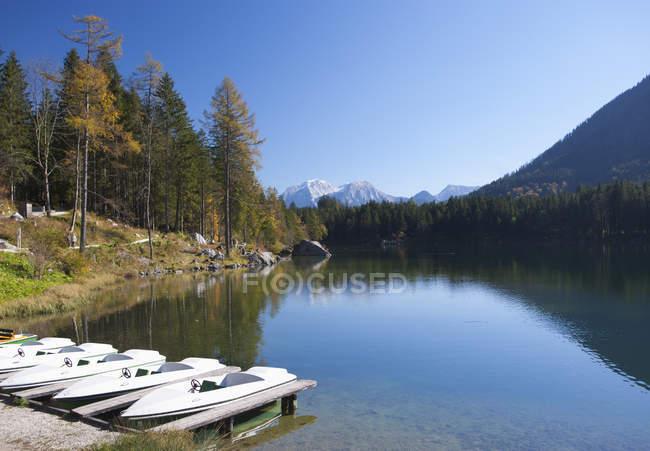 Deutschland, Bayern, Ramsau, Watzmanngebirge mit Hintersee und festgemachten Booten — Stockfoto