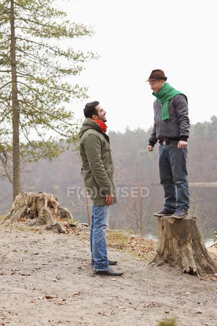Lächelnd männliche Freunde, die Spaß in der Natur — Stockfoto