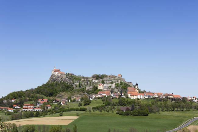 Österreich, Steiermark, Ansicht von Riegersburg Schloss mit Dorf am Hügel — Stockfoto