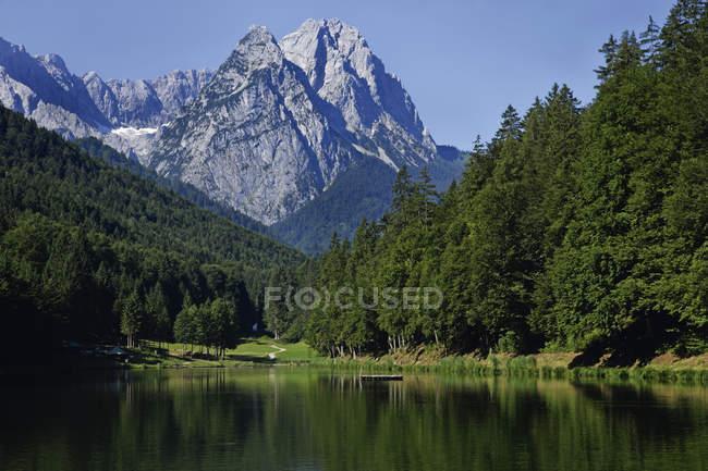 Germania, Baviera, Waxenstein Montagne e lago Riessersee — Foto stock