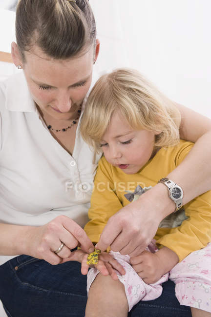 Daughter showing bandage — Stock Photo