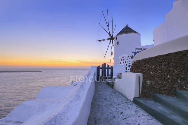 Traditionelle griechische Windmühle bei Sonnenuntergang — Stockfoto