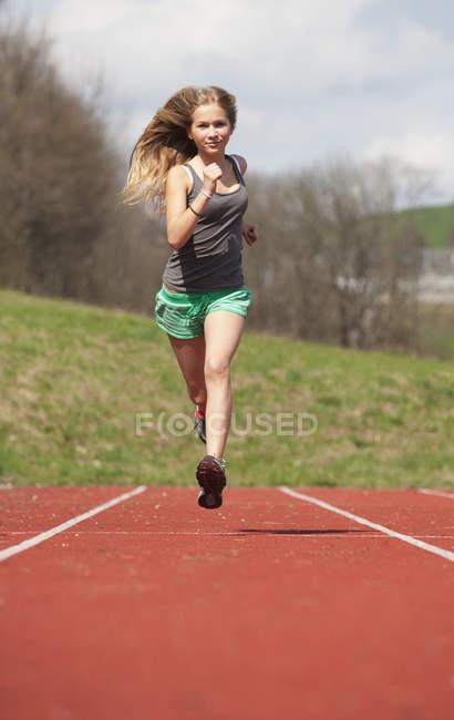 Австрия, девочка-подросток бегает по трассе, портрет — стоковое фото
