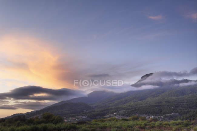 Живописный горный пейзаж на закате — стоковое фото