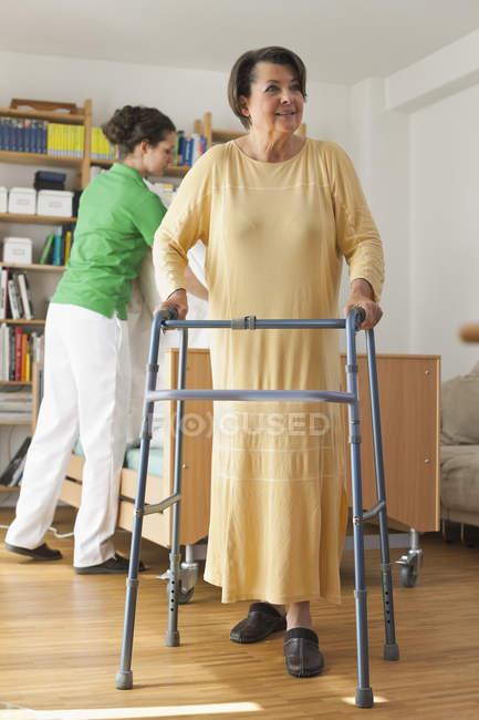 Старші жінки прогулянки з ходьба кадру — стокове фото