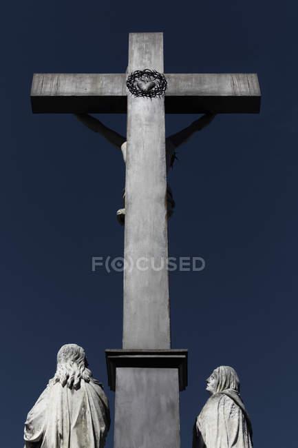 Croce e statue del Palazzo papale di Avignone, Francia del sud — Foto stock