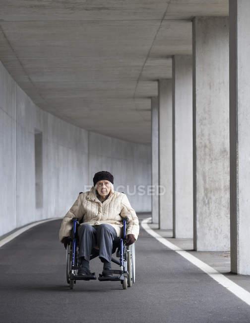 Donna anziana seduta sulla sedia a rotelle — Foto stock
