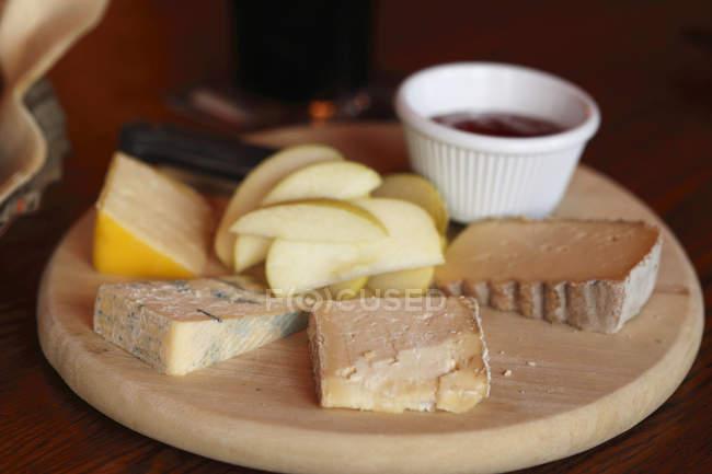 Pedazos de queso tradicional irlandés - foto de stock