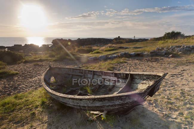 Vecchia barca da pesca sulla riva — Foto stock