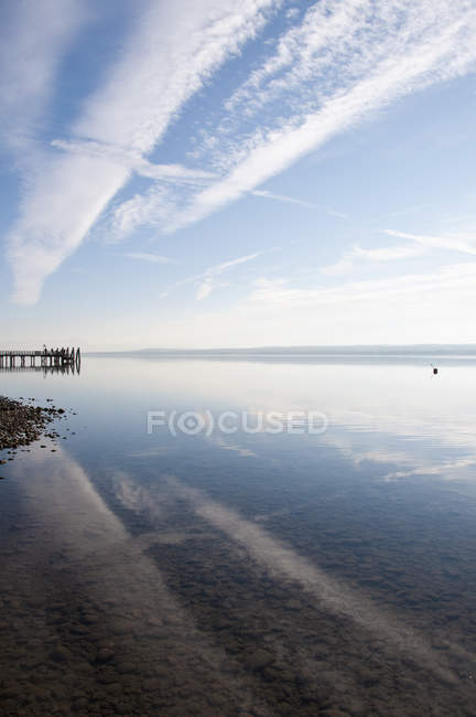 Germany, Bavaria, Ammersee lake with jetty on background — Stock Photo