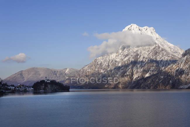Österreich, Oberösterreich, Ansicht von Traunkirchen Dorf und Traunstein Berg mit See Traunsee — Stockfoto