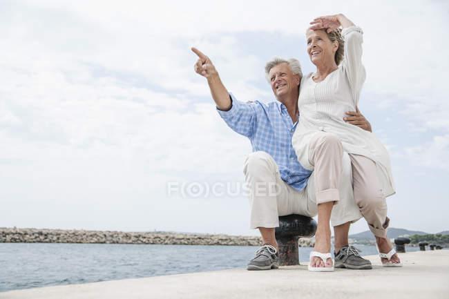 Старшая пара в гавани, улыбающаяся — стоковое фото