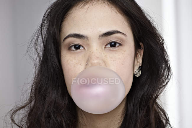 Young woman blowing bubble gum — Stock Photo