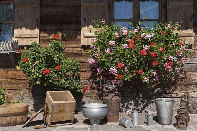 Geranium and household articles on terrace of farmhouse in Bavaria, Germany — Stock Photo
