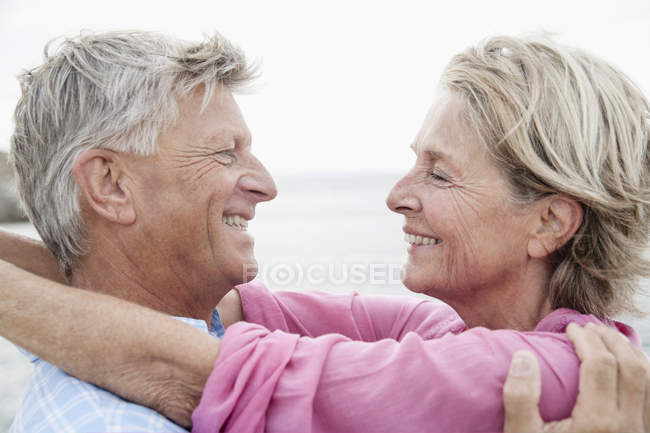 Casal sênior sorrindo, close up — Fotografia de Stock