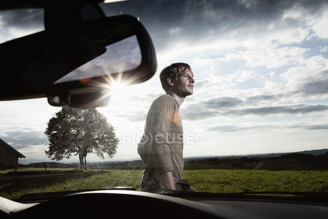 Man standing by car — Stock Photo