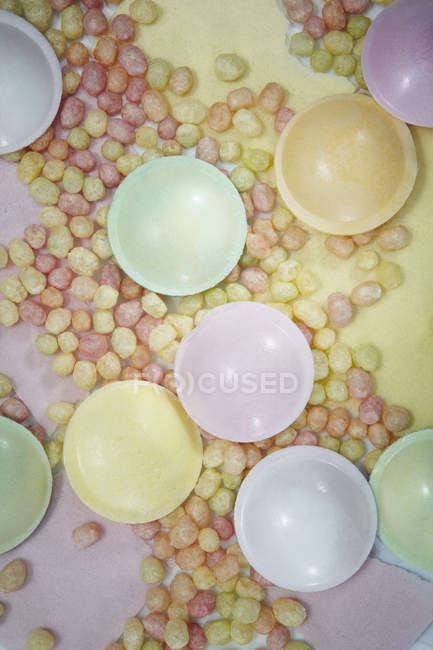 Вид сверху сладости с порошком щербет — стоковое фото