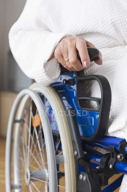 Seniorin sitzt im Rollstuhl — Stockfoto