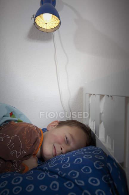 Ritratto di un bambino che dorme sul letto — Foto stock