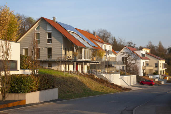 Germany, Baden-Wurttemberg, Remshalden. Modern dwellings with solar panels — Stock Photo