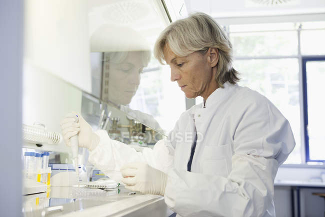 Scientist researching blood in laboratory — Stock Photo