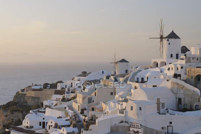 Vila de Oia com moinhos de vento tradicionais gregas — Fotografia de Stock